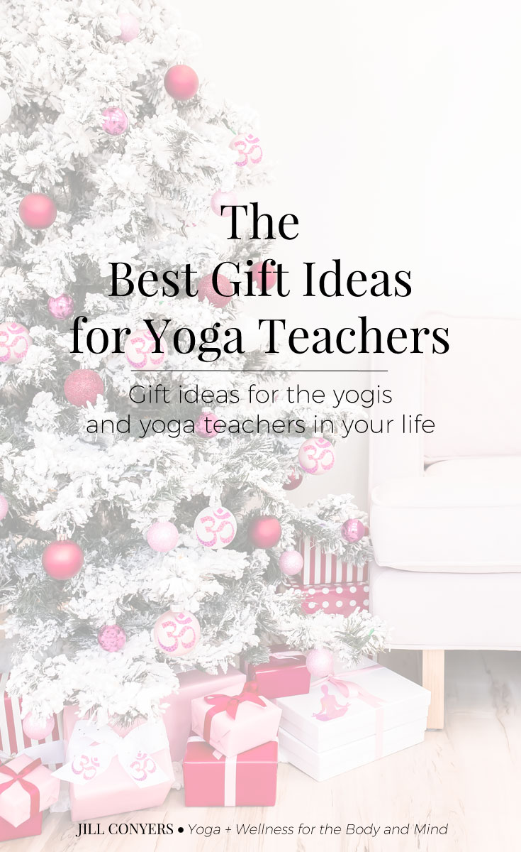 Gift ideas for the yogis and yoga teachers in your life. Gift ideas a yoga teacher would love to have and actually use. #ad #giftguide #yoga #yogajourney #holidays @prana